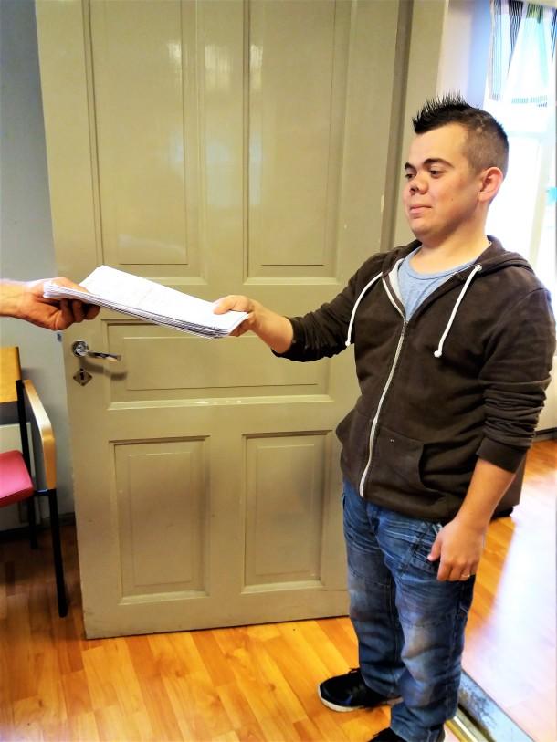 Markus vastaanottaa rahtikirjoja autoilijalta